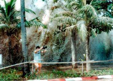 han springer för sitt liv En turist i Ao Nang i Thailand är nära att fångas när tsunamin slår till.