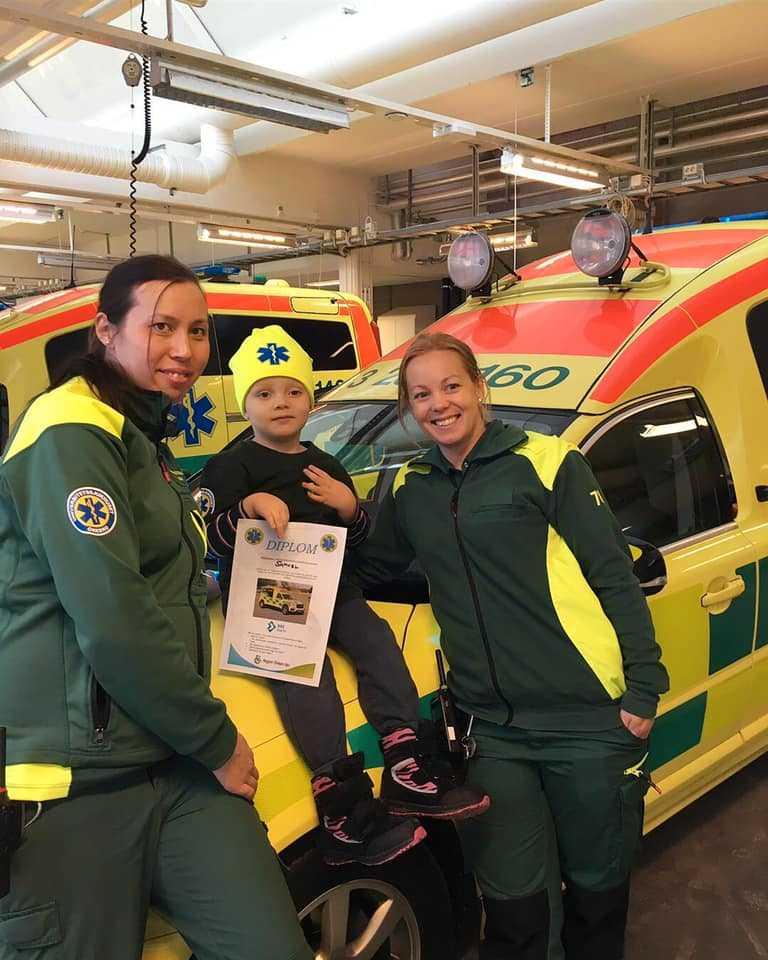 Samuel fick hänga med Susan och Frida på ambulansen i Örebro.