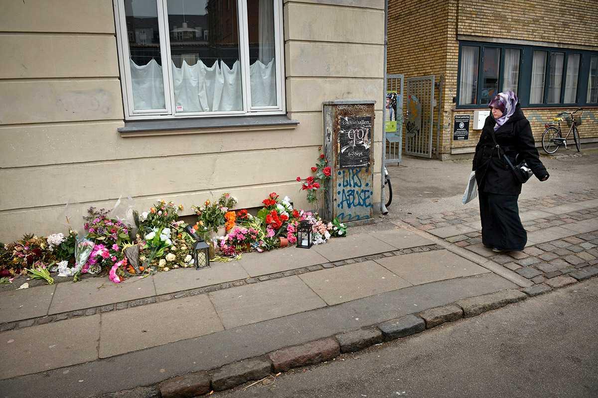 Blommor vid platsen där den 22-årige mannen sköts ihjäl i Köpenhamn.