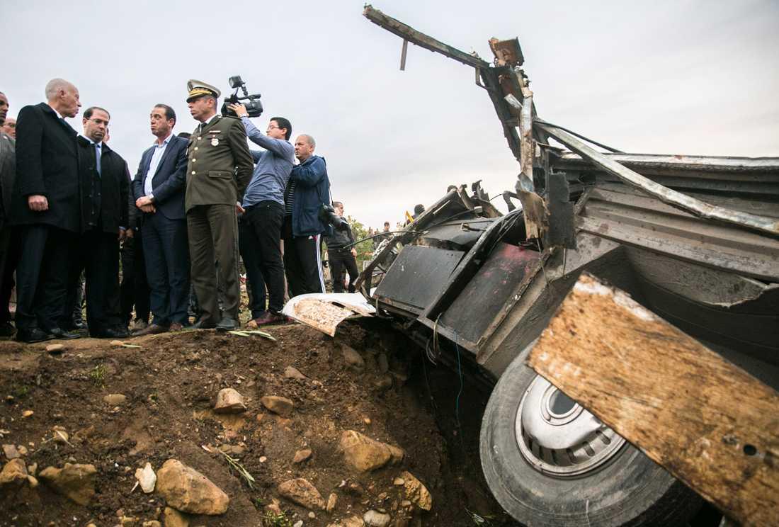 Tunisiens president Kaïs Saïed (till vänster) på besök vid olycksplatsen.