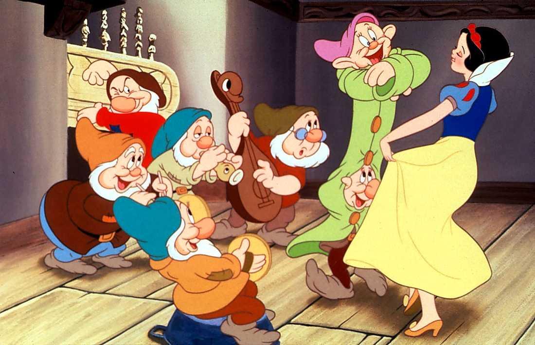 ORIGINALET Snövit dansar med de sju dvärgarna.