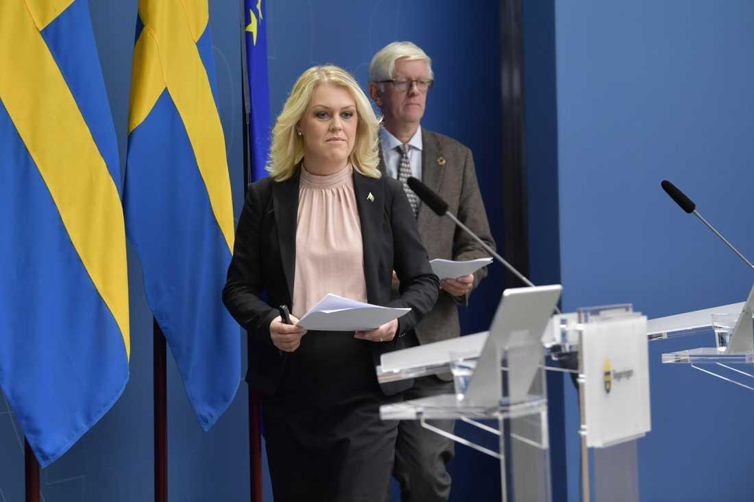 Socialminister Lena Hallengren och Folkhälsomyndighetens generaldirektör Johan Carlsson vid dagens presskonferens.