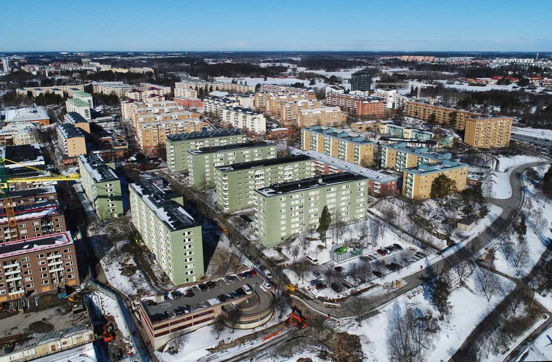 Järvafältet, med bostadsområden som Kista, Rinkeby, Tensta, Husby, Hjulsta och Akalla förknippas ofta med gängkriminalitet och extremism i media. Nu har också områdena drabbats hårt av coronaviruset.