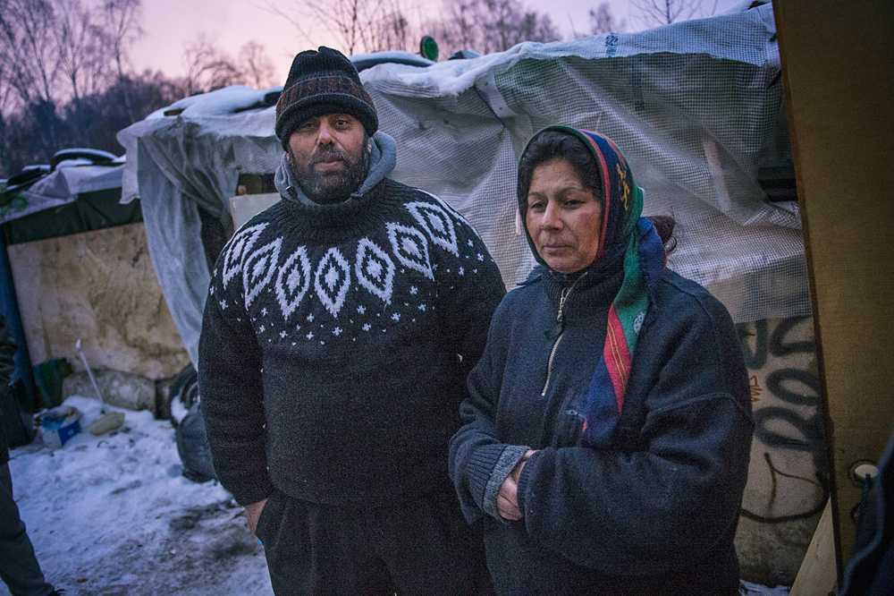 Vasilij och Elena kom för lite drygt två veckor sedan och försöker få ihop pengar som de kan skicka hem till sina barn.