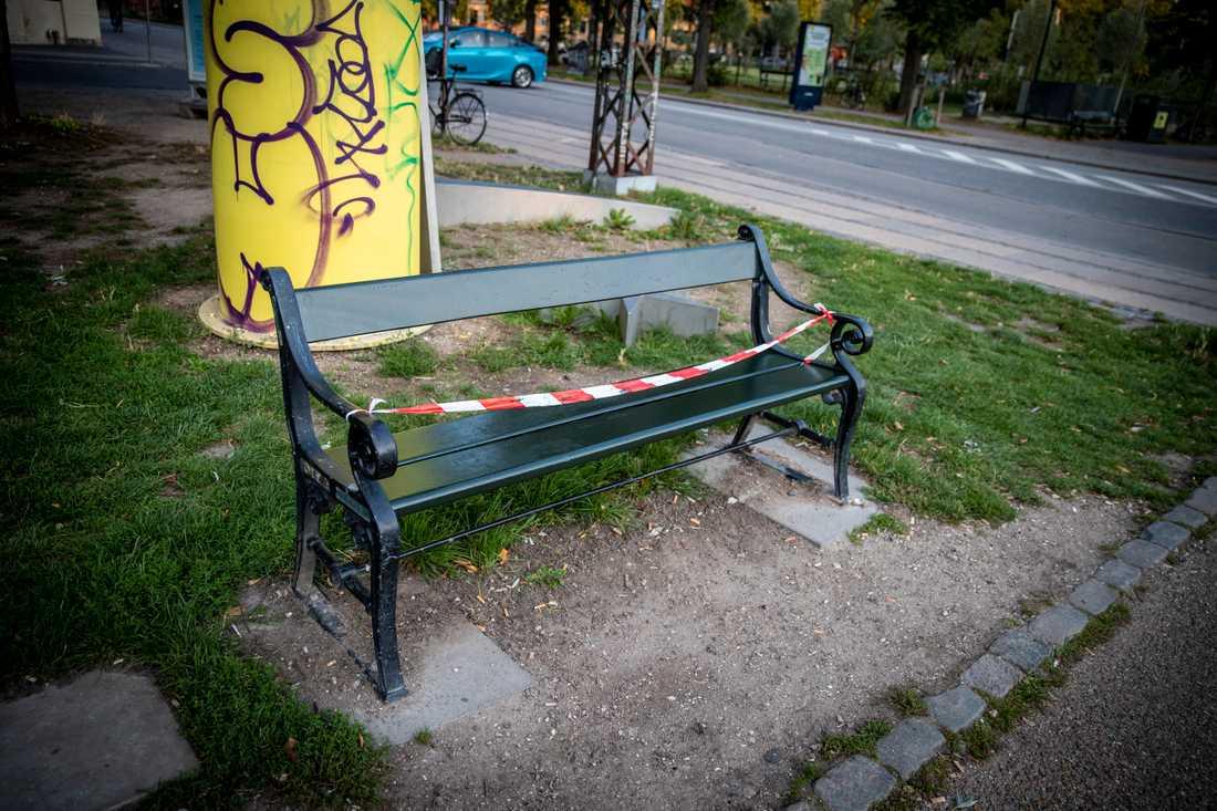 Man får inte sitta på en parkbänk eller stanna upp för att prata med en bekant.