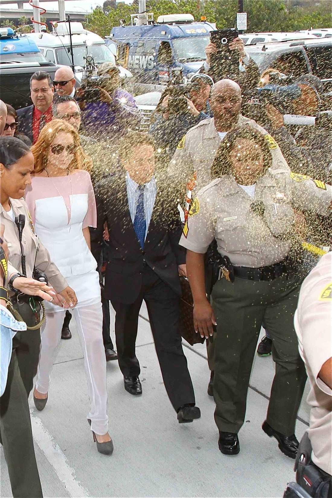 """Innan Lohan gick in i rättssalen blev hon """"glitterbombad"""" av en åskådare."""