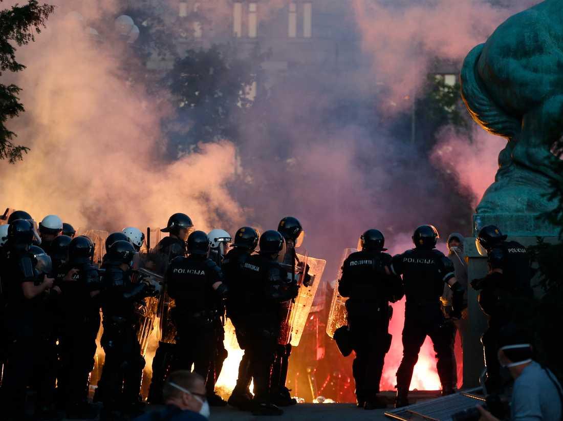 Protester utanför Serbiens parlament i Belgrad.