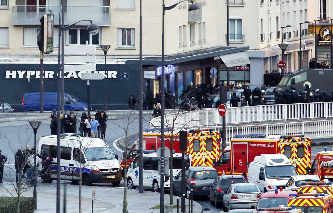 Polisen stormar butiken där gisslandramat utspelar sig.