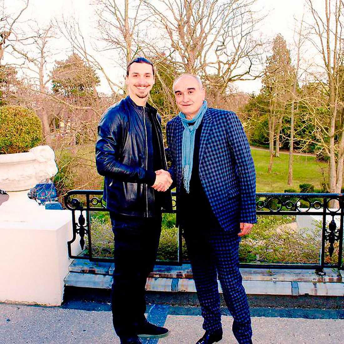 I början av mars skrev Zlatan kontrakt med Universal Studios franska kontor, U Think Agence, och han fotades sedan med Pascal Nègre, chefen för Universal Studios France.