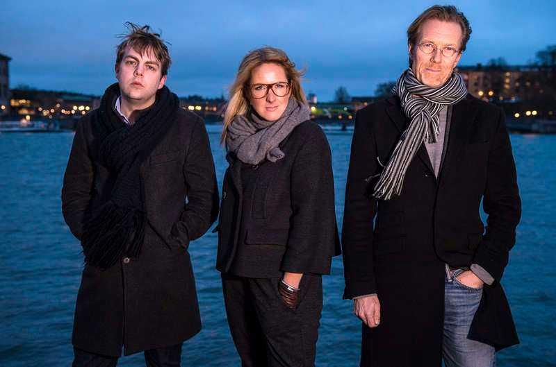 """Christoffer Carlsson, Denise Rudberg och Anders Roslund kom varandra nära i SVT:s serie """"Deckarna"""". De beskriver att de känner stor ödmjukhet inför de andras berättelser, och är överens om att många deckarförfattare bär på mörka erfarenheter. De övriga som är med är Börge Hellström, Anna Jansson och Katarina Wennstam."""