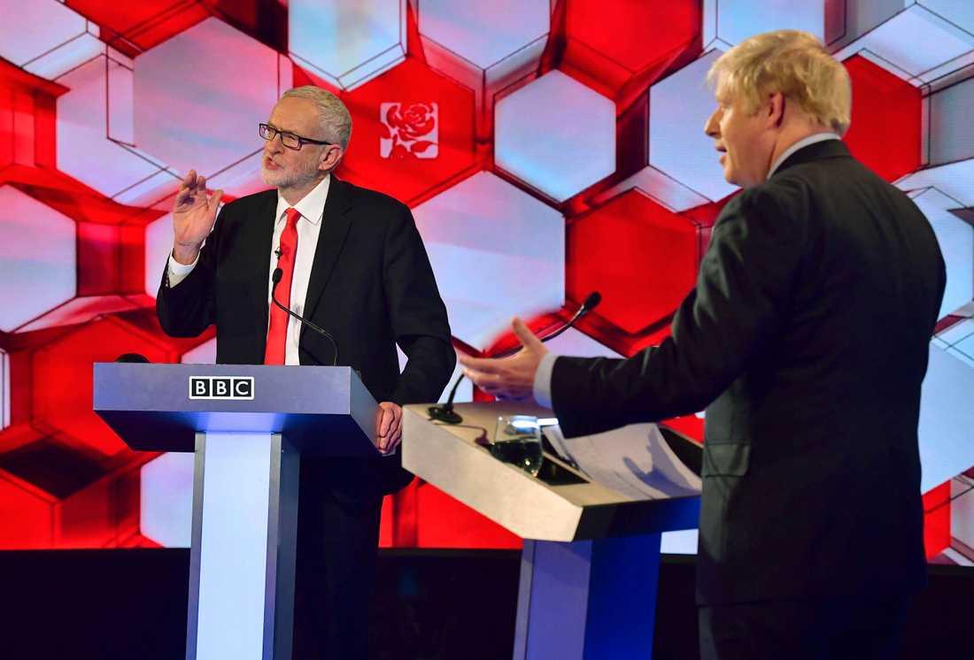 Labourledaren Jeremy Corbyn (till vänster) och premiärminister Boris Johnson under en tv-debatt inför valet.