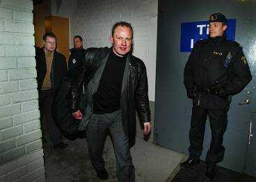 Ankomst till Stångebro ishall - med polisbeskydd.