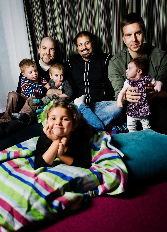 Pappa-panelen består av Johan Gäfvert, pappa till Essy, 12 veckor. Rifat Yberg, pappa till Tyra, sex år. Och Mikael Kudrén, pappa till Reuben, snart fyra år, och Gabriel, två år.