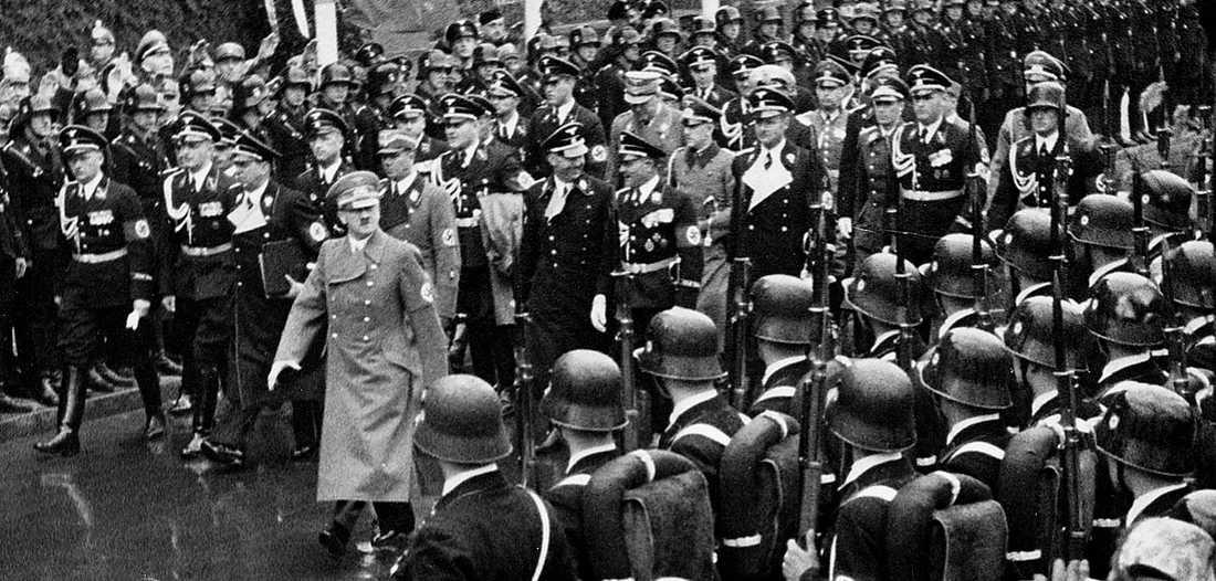 Adolf Hitler under en parad i Berlin 1938. Efter kriget kunde nazistiska krigsförbrytare leva ostört i USA – och Sverige.