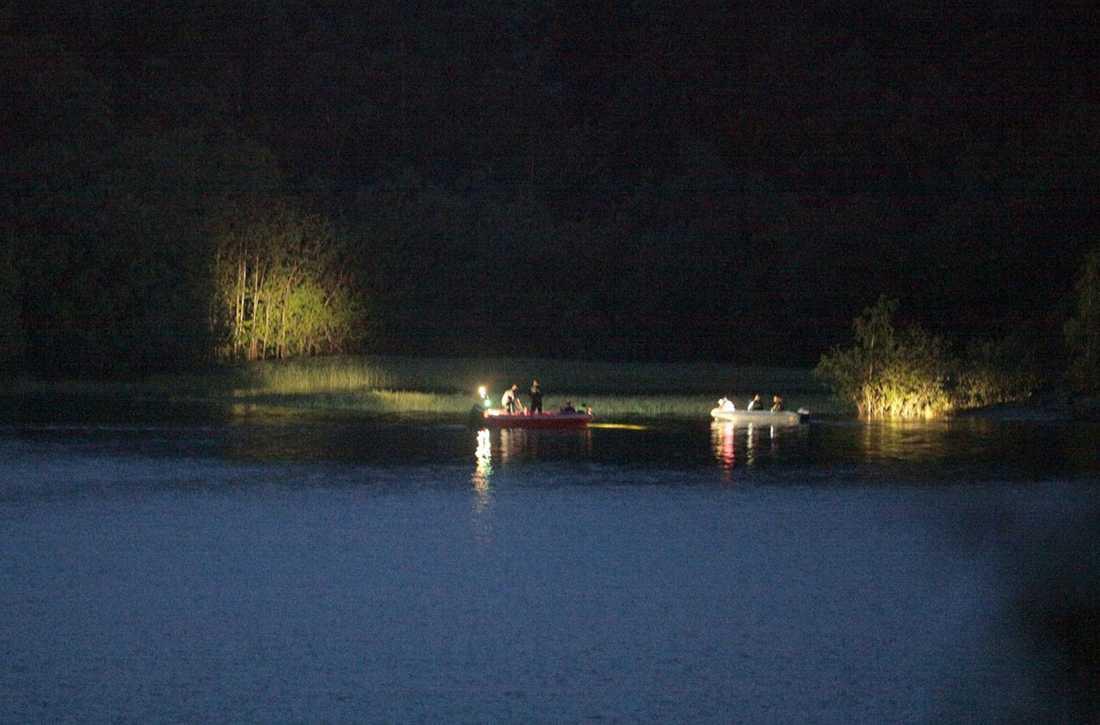 Polis genomsöker sent på natten Utøya efter fler ungdomar som ännu inte lokaliserats.
