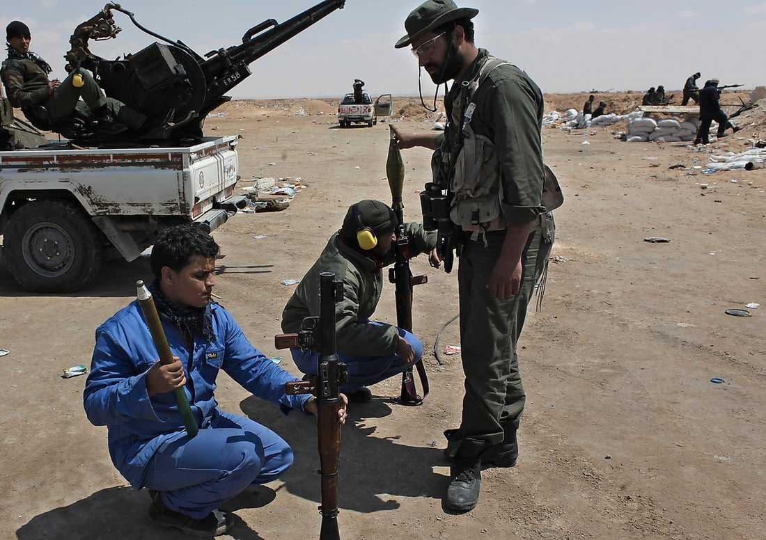 """Libyska rebeller utanför Ajdabiya. """"Om inte franska stridsflygplan i elfte timmen satt stopp för avancemanget den 19 mars hade det i dag inte existerat någon libysk revolution"""", skriver Andreas Malm."""