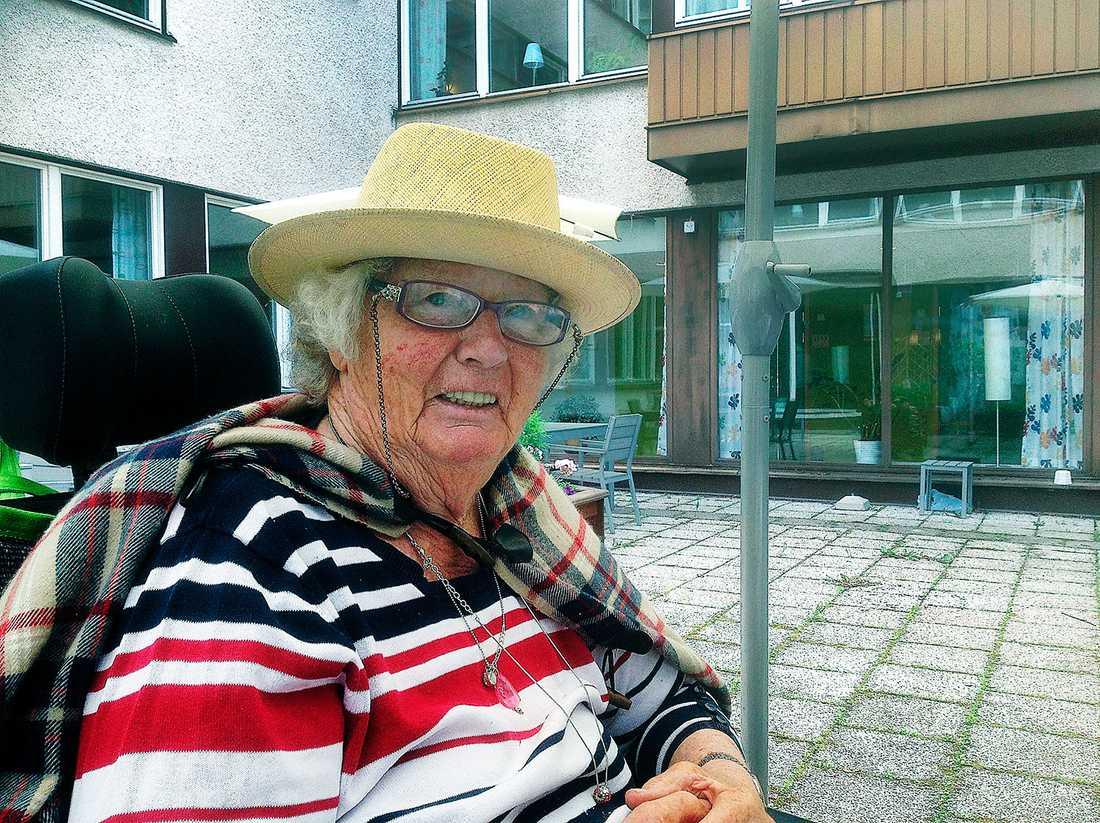 """Berit, 84, bor på ett demensboende och har enligt Apoteket betalat """"för lite"""" för sin medicin sedan maj förra året. Detta beroende på att bolaget har missat att ta ut moms på medicinerna."""