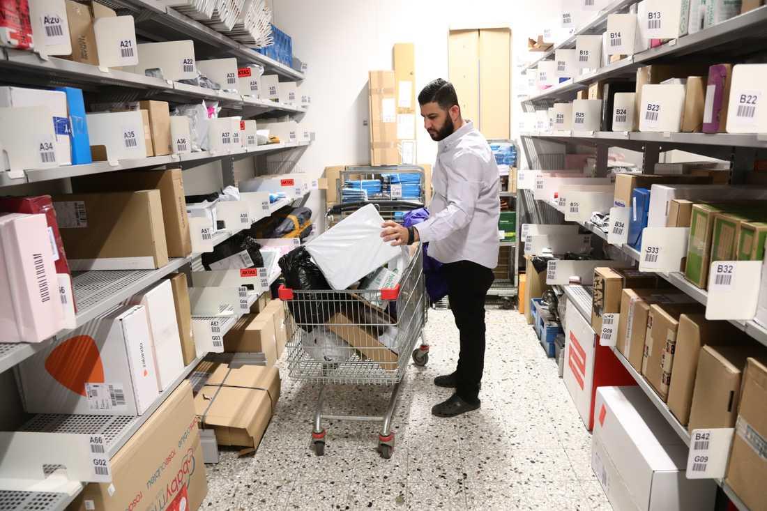 Balen Ali jobbar sedan 16 år tillbaka i en butik i Skäggetorp centrum i Linköping.