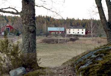 DRÖMTORP Göran och Anitras dröm för 12,5 miljoner kronor. Huvudbyggnaden ligger på höjden, strax intill ligger lagården. Runt husen breder åkrar och ängar ut sig ner mot Båven.