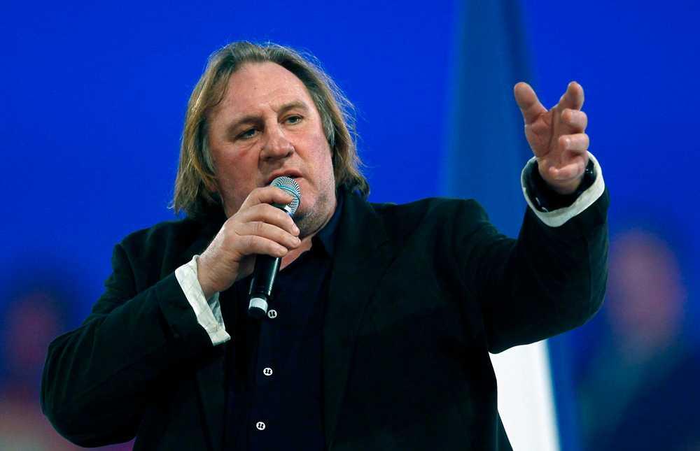 Här visar han vid ett tidigare tillfälle sitt stöd till presidentkandidaten Nicolas Sarkozy under ett möte i Villepinte, norr om Paris.