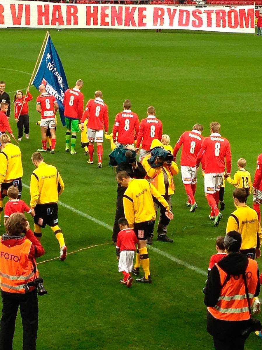 Rydström hyllades av lagkompisarna – och fick en present av Sportbladet.