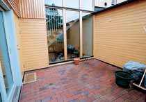 Om du väljer en färgad sten, se till att den harmoniserar med fasaden och den omgivande växtligheten.