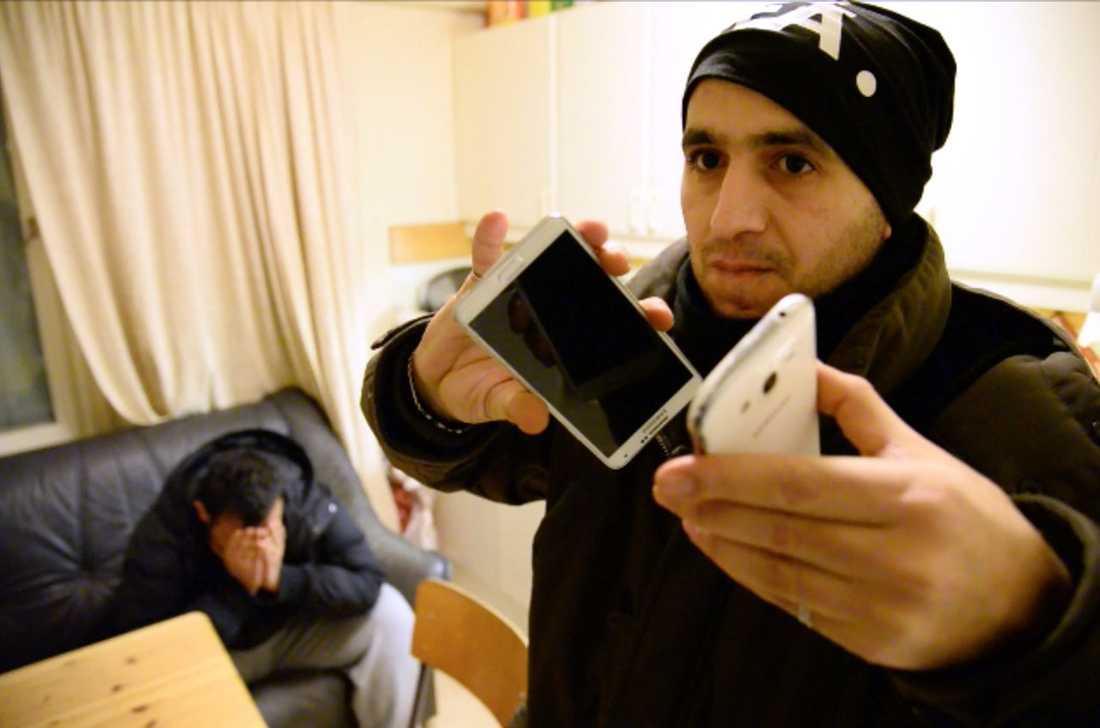 Vännerna förmedlar kontakten mellan Mutar och hans familj. Det är första gången på flera dygn han får prata med dem.