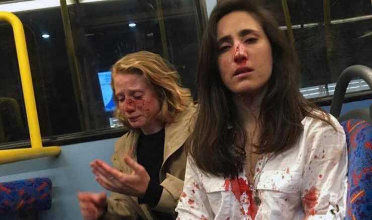 Ett gaypar i London misshandlades på en nattbuss för att de vägrade kyssas inför en grupp killar.