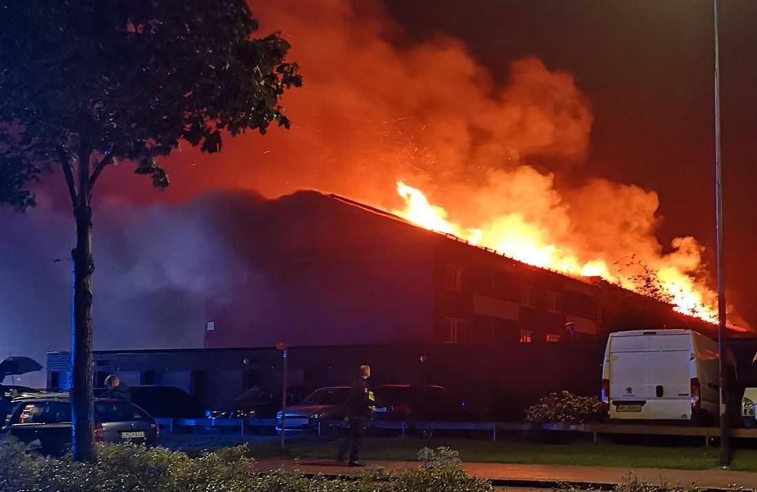 Flerfamiljshus står i brand.