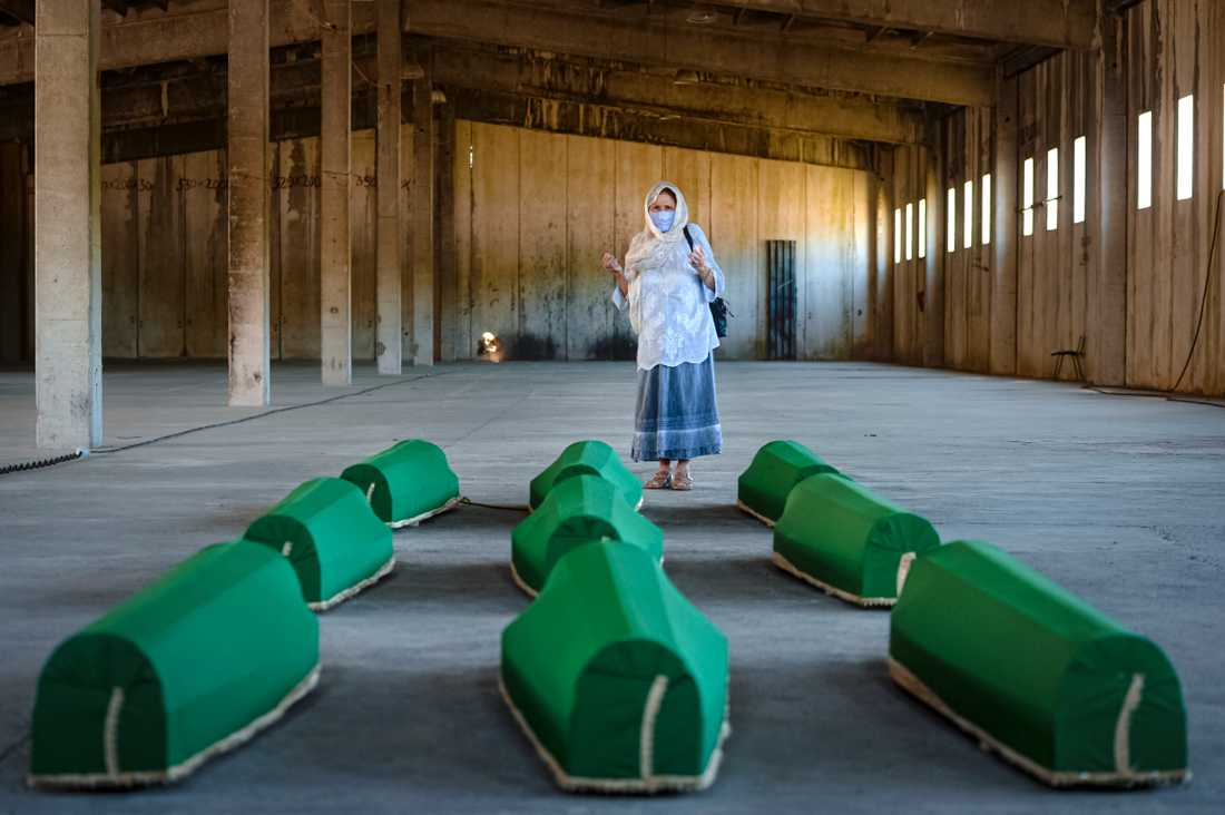 Nio nyligen hittade och identifierade män och pojkar begravs nu, 25 år efter massakern i Srebrenica.