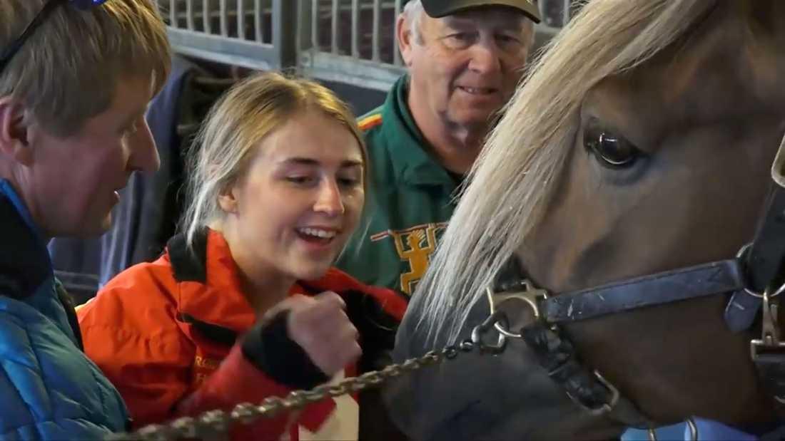 Här träffar Eirin Sörmo, 20, hästen. Rofstad Odin, som attackerade henne allvarligt den 14 juli i somras.