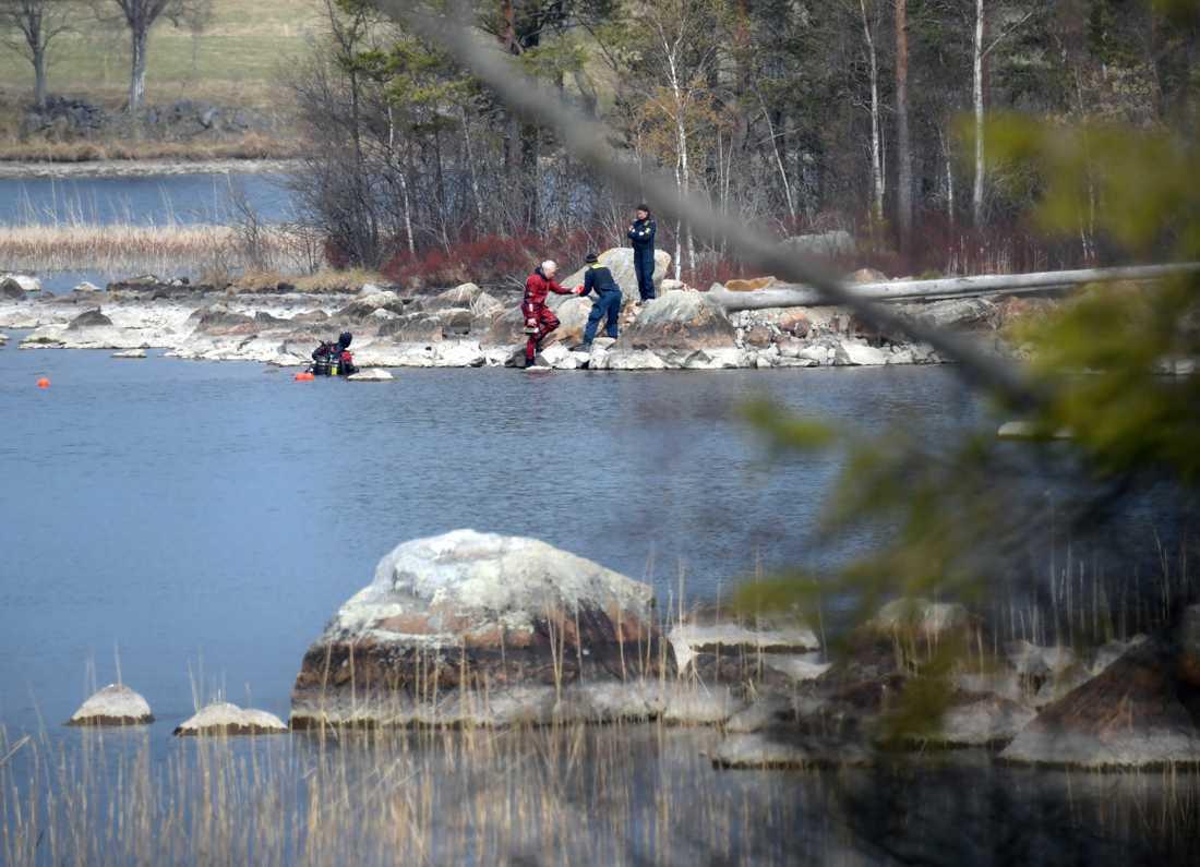 Polisens dykare söker i vattnet