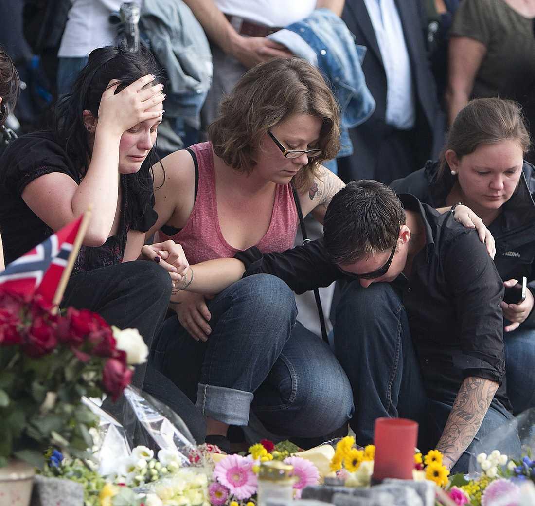 NATIONELLT TRAUMA Unga i Norge sörjer offren för fredagens våldsdåd.