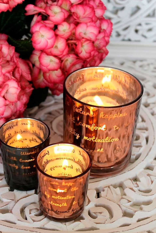 """Sprid lite värme  Lys upp i mörkret med dessa rosa  och ljusgrå lyktor i glas. De pryds av orden """"happiness"""", """"future"""" och """"love"""". Halva intäkterna går till Rosa Bandet. Lyktor, 9x10 cm, 169 kronor för två stycken, Webbshop.majascottage.com"""