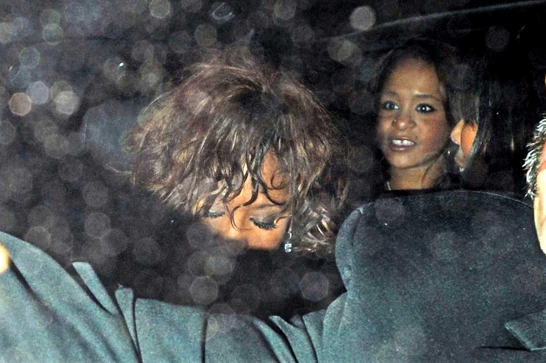 SISTA FESTEN Whitney Houston lämnade nattklubben Tru Hollywood tillsammans med pojkvännen Ray J och sin dotter Bobbi Kristina. Åter på sitt hotell ska stjärnan ha fortsatt festandet.
