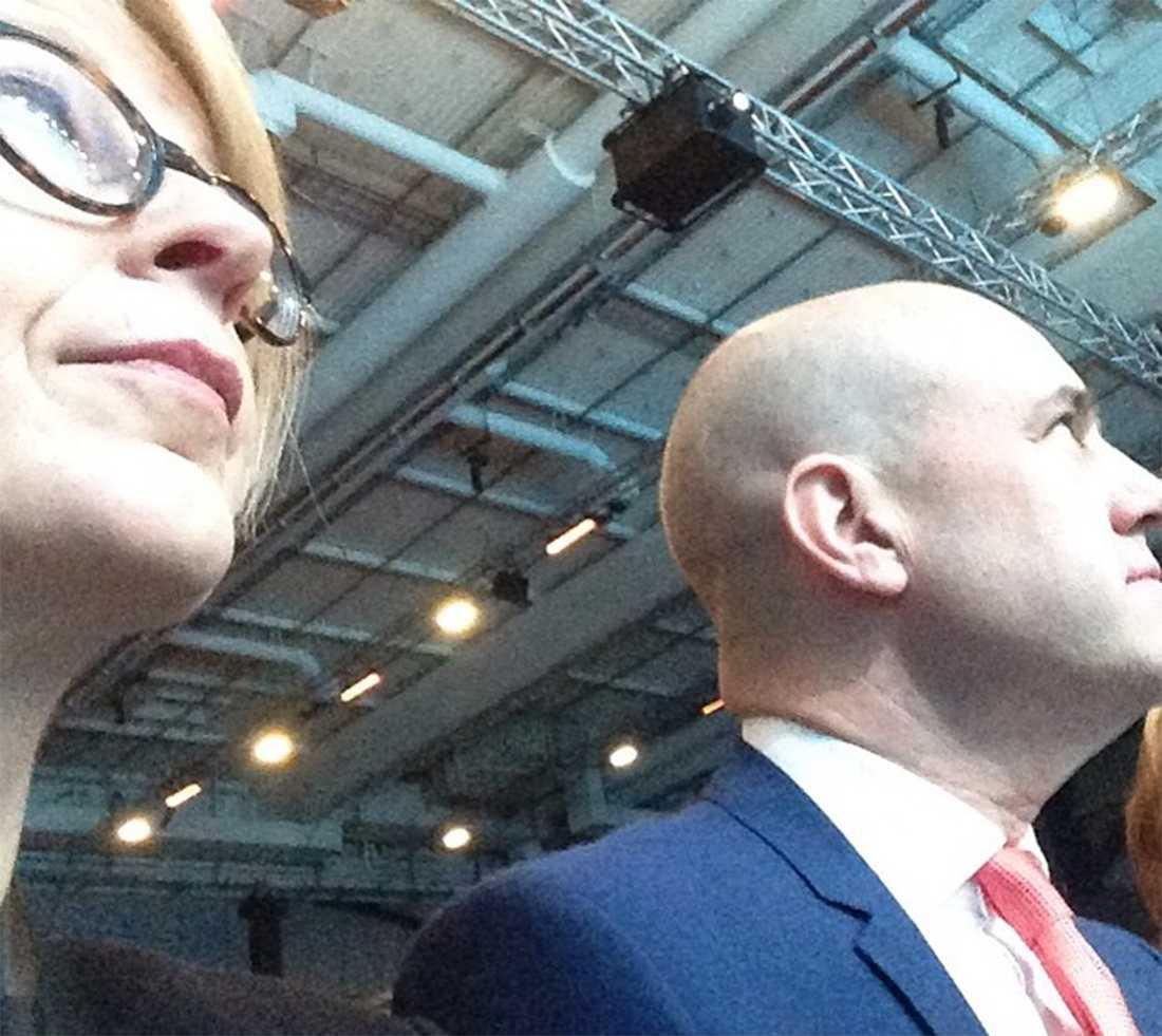 Arbetsmarknadsminister Elisabeth Svantesson smygfotograferar Fredrik Reinfeldt när Sverigemötet drar igång.