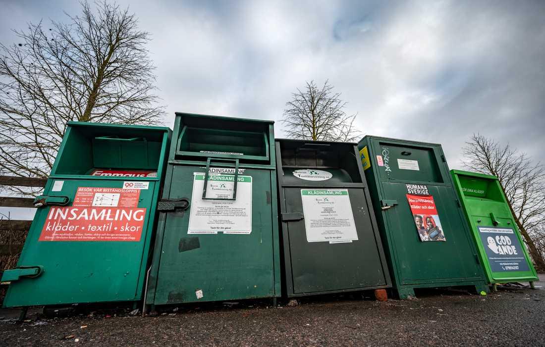 Klädinsamlingscontainrar på en återvinningsstation i Lomma utanför Malmö. Bara Emmaus har 90-konto.