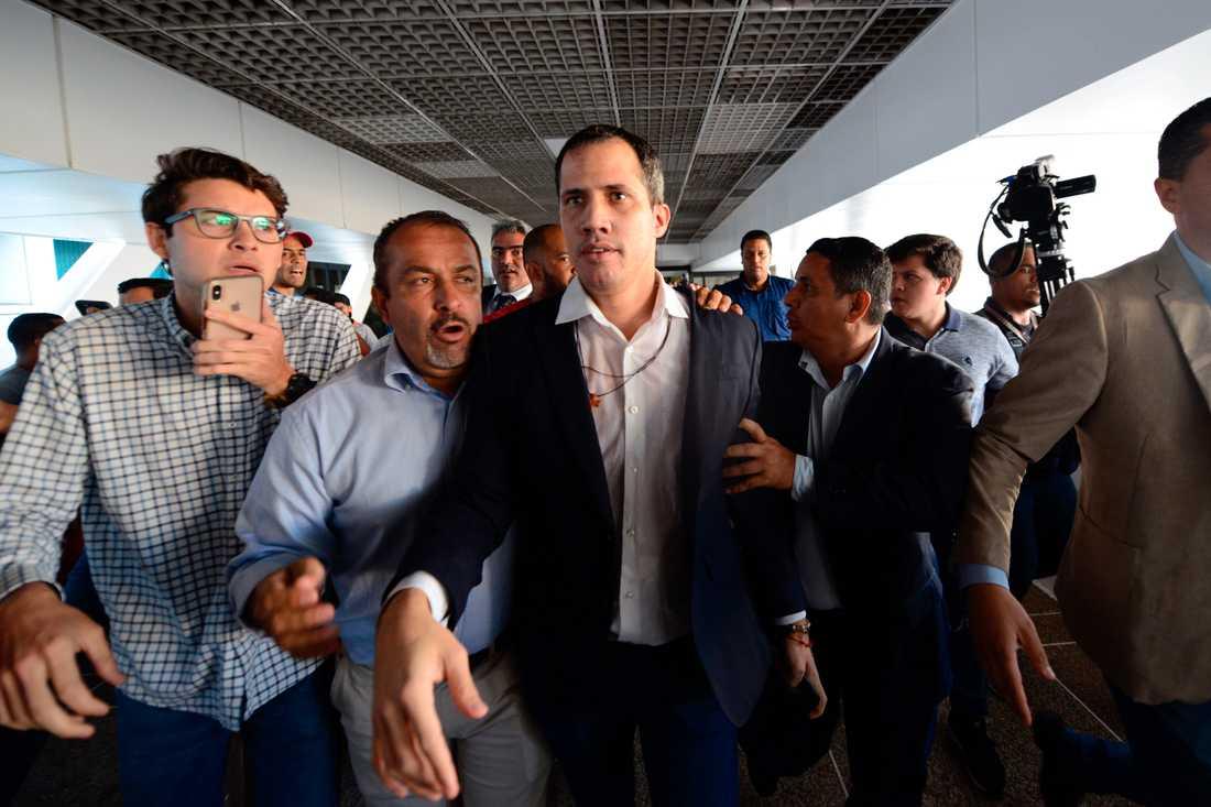 Oppositionsledaren Juan Guaidó på flygplatsen i Caracas i tisdags.