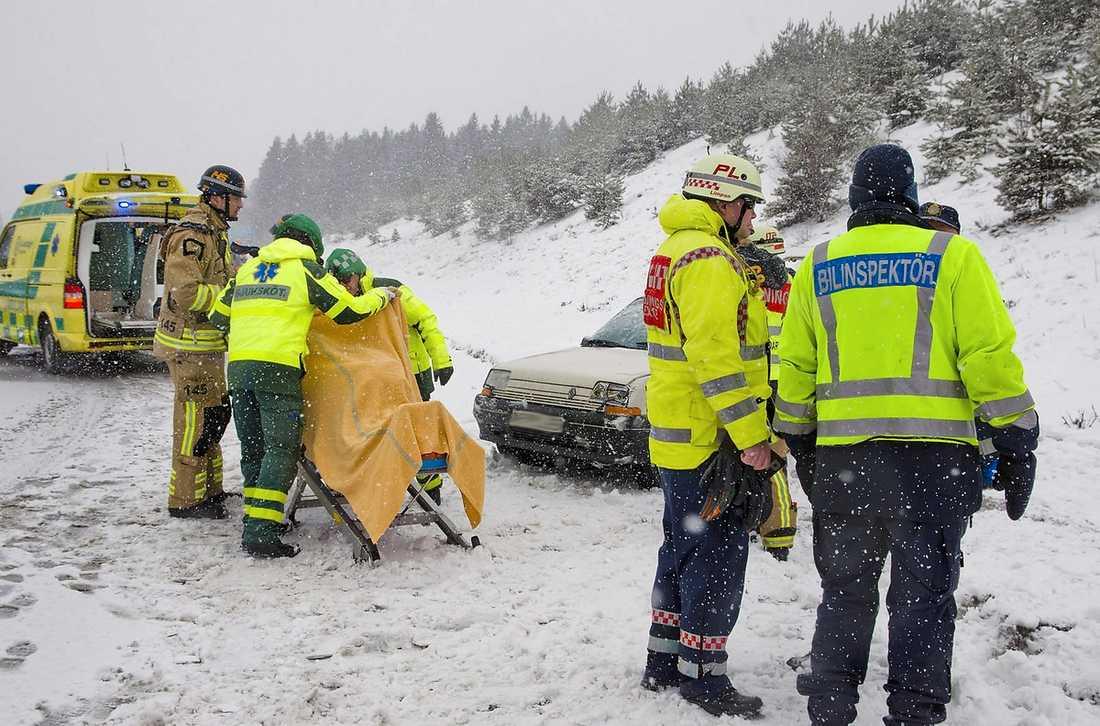 NORRKÖPING Räddningstjänst och polis hade fullt upp under gårdagen då stort antal trafikolyckor inträffade i snökaosets spår. Här har en personbil voltat på E4 utanför Norrköping. En person fick plockas ut via bilens baklucka och fördes till sjukhus för vård. Foto: NIKLAS LUKS