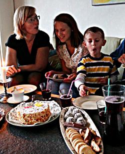 3. KAKMYSET ... och i Vårberg är fika med kakor och tårta favoriten.