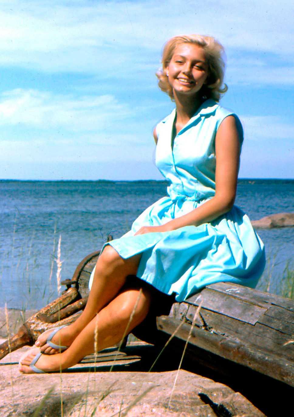 """Louise Edlind 1964 PB: En alldeles för präktig look för min smak. Men klänningen skulle funka hur bra som helst på en hel drös av bloggare inriktade på 50-tals-vintage.  NJ: En sån sommardröm! Den här typen av skjortklänning i pastelll känns otroligt aktuell även sommaren 2014, en tidlös klassiker alltså. Det fanns en anledning till att alla tonårspojkar blev kära i """"Malin på Saltkråkan"""" och det var nog mer än bara de brunbrända benen som gjorde det."""