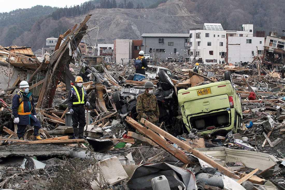 FÖRÖDELSEN Räddningsarbetarna söker igenom rasmassorna i Otsuchi. Hoppet att hitta överlevande är nu minimalt. Förödelsen är enorm. Flera städer och byar är helt jämnade med marken. Enligt polisen bor omkring en halv miljon människor i tillfälliga läger och behovet av hjälpsändningar är enormt. I går kväll rapporterade japansk tv att lastbilar med förnödenheter står kvar i Tokyo. Bränslebrist i nordost gör att få vågar sig dit – med risk att bli kvar i det strålningshotade området.