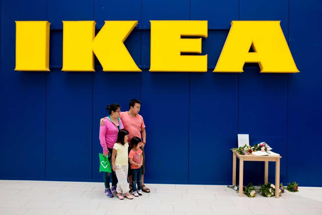 Mamma Lei-Lei Yang 35, Joar 6, Siv 4 och pappa Chuan Shi 37 står vid minnesbordet utanför Ikea i Västerås på tisdagen.