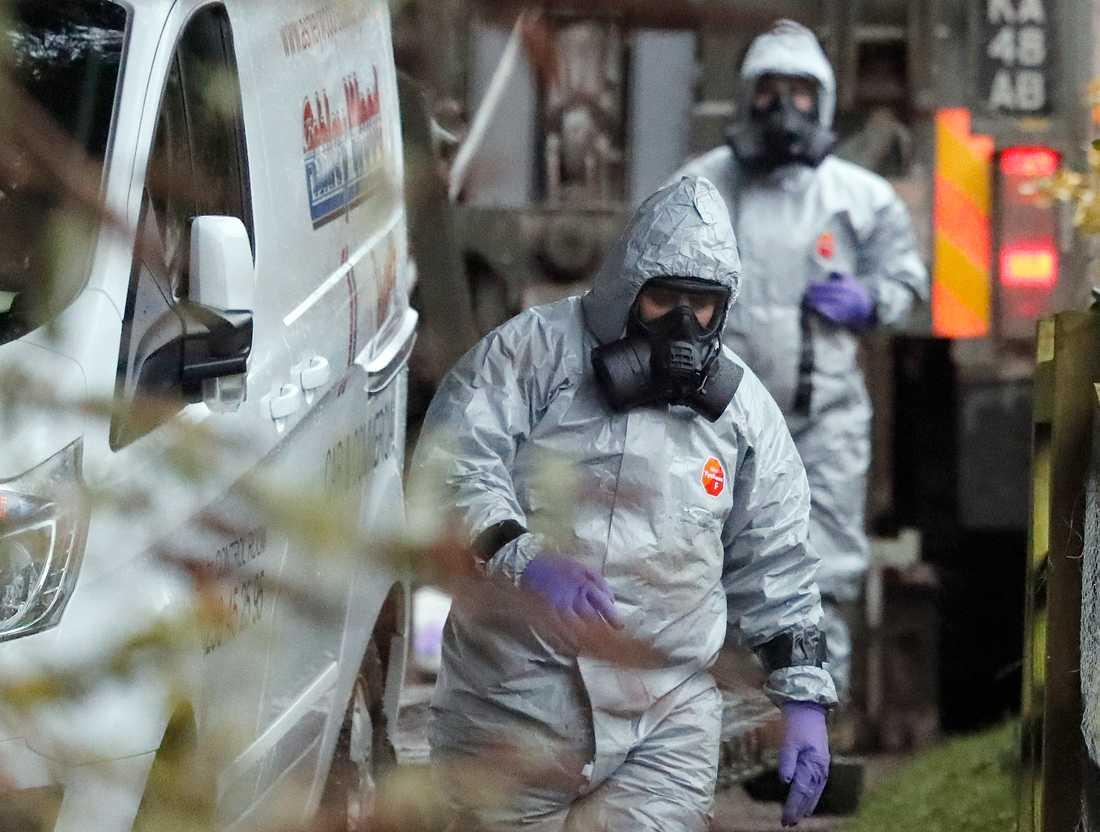 Personal i skyddsdräkter arbetar efter nervgiftsattacken mot den ryske ex-agenten Sergej Skripal och hans dotter Julia Skripal i Salisbury i mars. Arkivbild.