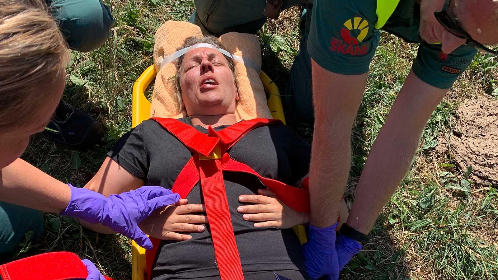Sandra Mastio tas omhand och förs i ambulans till sjukhus.