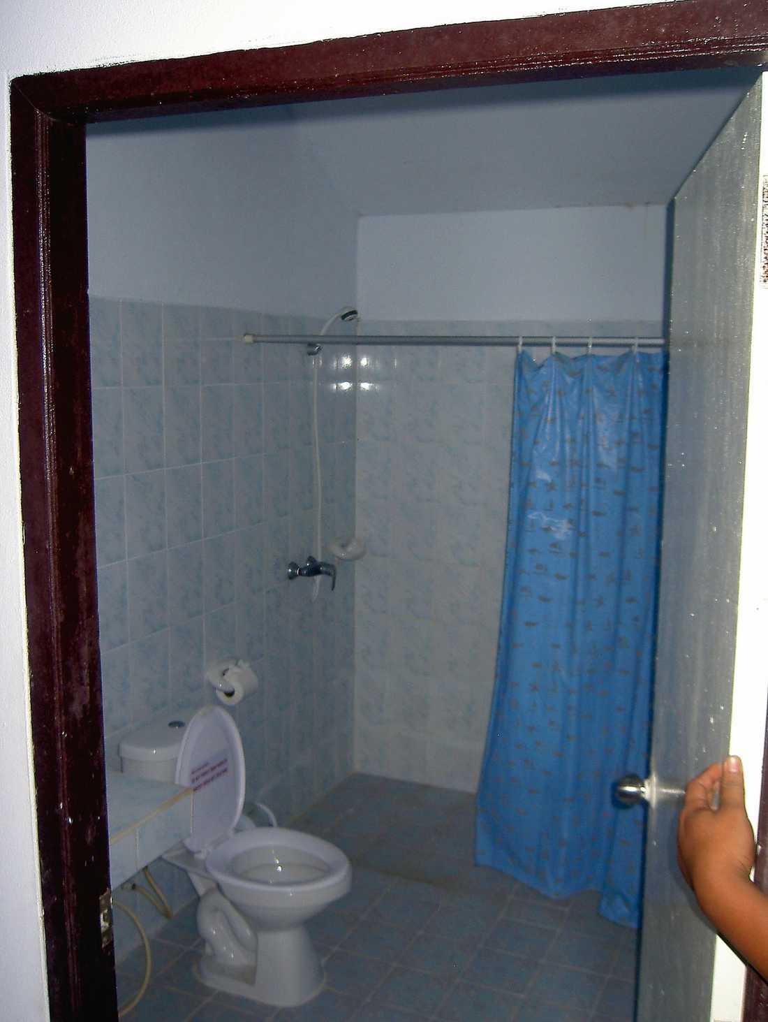 På hotell Mild Bungalow i Ao Nang dog de två svenskarna, i ett badrum liknande det på bilden.