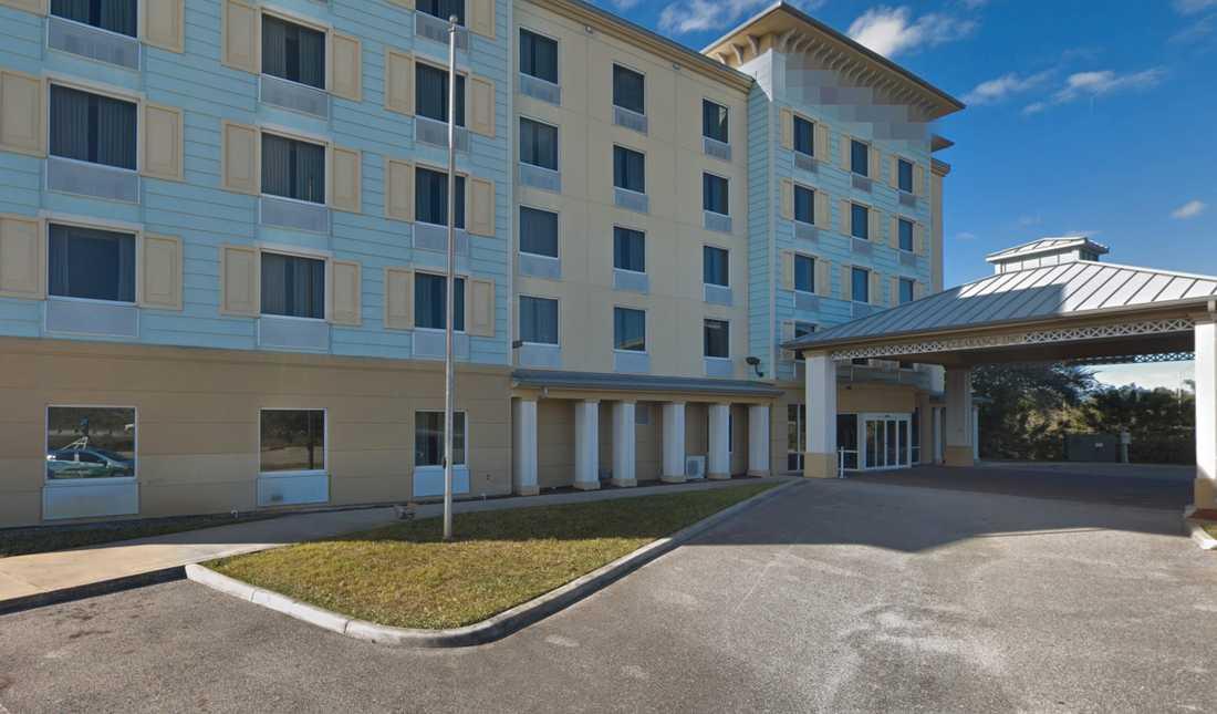 Oroliga medborgare larmade polisen efter att de sett mannen umgås med en ung flicka på ett hotell.