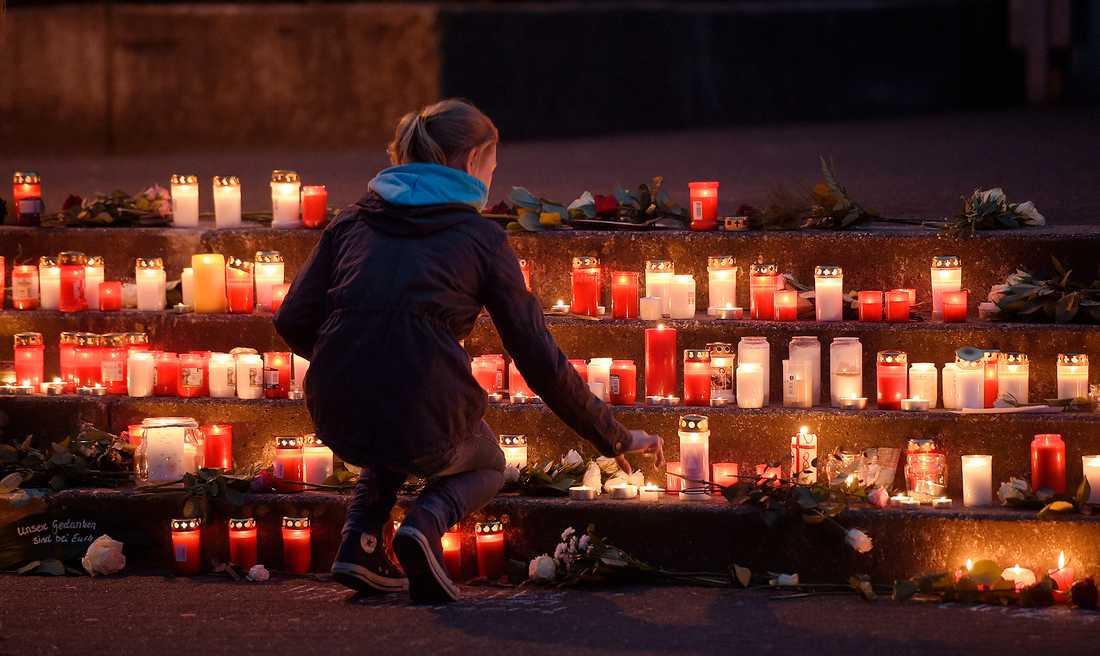 En skolflicka tänder ett lus utanför  Joseph-Koenig gymnasite i tyskland. 16 barn från skolan dog i flygkraschen.