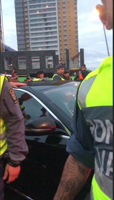 Vittnesbilder visar när bilen leds bort av polis och säkerhetspersonal