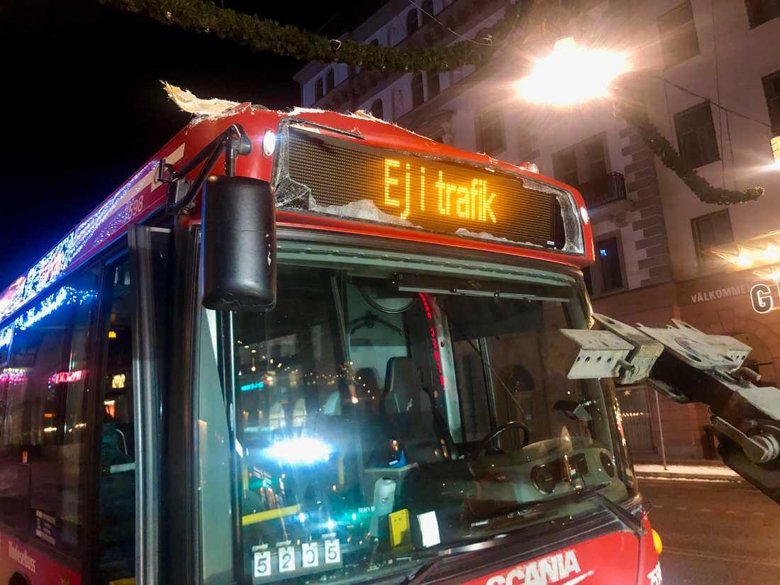 Den röda SL-bussen fick tas ur trafik efter olyckan.